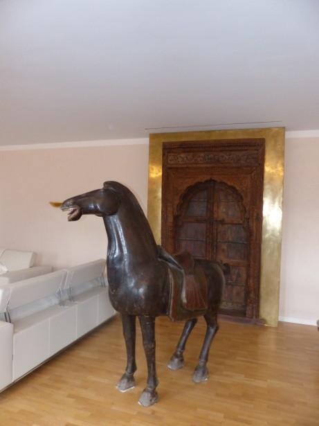 Goldener Türrahmen mit Pferd